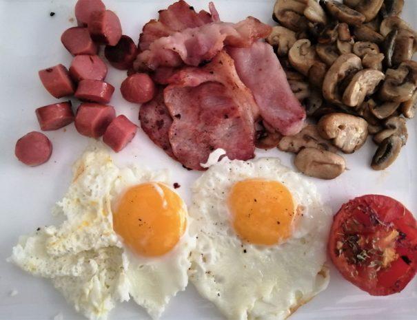 english breakfast eggs bacon mushrooms